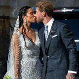 15. Juni 2019  Nachdem die Trauung vollzogen ist, zeigen Sergio und Pilar ihre Liebe vor der Kathedrale und küssen sich innig.