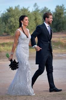 Zu der Feier, die wenige Stunden später stattfindet, kann die spanische Moderatorin so in einem wundervollen Abendkleid kommen. Die Schleppe, die zuvor an ihrer Taille befestigt war, hat sie einfach abgenommen. Das nennen wir mal ein glamouröses 2-in-1.