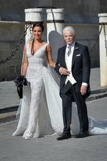 """Pilar Rubio heiratet Mitte Juni 2019 ihren """"Rambo Ramos"""", den spanischen Nationalspieler Sergio Ramos. Die Kathedrale von Sevilla betritt sie in einem funkelnden Kleid von Zuhair Murad, das eine wundervolle Schleppe mit sich zieht. Der Clou daran: Für die abendliche Party lässt sie sich ganz einfach abnehmen."""