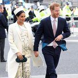 Im März 2019 - sie ist gerade im siebten Monat schwanger - trägt Herzogin Meghan ein Design von Victoria Beckham, das sie extra hat anpassen lassen. Denn eigentlich handelt es sich bei dem Kleid um keinen Umstandslook.