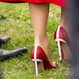 Ein Land liegt ihr zu Füßen – in diesem Fall sogar im wahrsten Sinne des Wortes.Denn die Trägerin dieser Schuhe setzt auf ein Modell, das der dänischen Flagge besonders ähnlich sieht: ein weißes Kreuz auf rotem Grund ...
