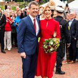 Die Trägerin dieser besonderen Pumps könnte passender nicht sein: Es ist Prinzessin Mary von Dänemark, die mit roten Pumps und weißen Verzierungen am Absatz durch die dänische Hafenstadt Vordingborg stolziert. Gemeinsam mit ihrem Mann, Prinz Frederik, feiert sie dort das 800-jährige Jubiläum des Dannebrogs – der dänischen Flagge. Marys Schuhwahl ist also kein Zufall.