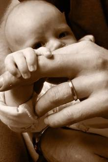 """16. Juni 2019  Zum britischen Vatertag postet Herzogin Meghan ein Foto ihrer zwei liebsten """"Männer"""" auf Instagram. Auf dem süßen Schnappschuss sieht man ihren Sohn, Baby Archie, der mit seiner kleinen Hand den Finger seines Papas, Prinz Harry, umklammert."""
