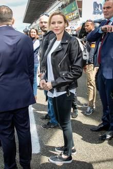 Von wegen elegant: Dem Anlass angemessen, trägt Fürstin Charlène bequeme Vans aus Leder auf der Rennstrecke. Mit ihrem Preis von rund85 Euro gehören die Sneaker zu den Schnäppchen-Stücken in ihrem Kleiderschrank.