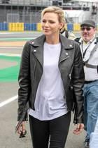 Große Ehre für Rennsport-Fan Fürstin Charlène: Sie darf den Startschuss zum 24-Stunden-Rennen von Le Mans geben und erscheint dazu passend in einem sportlichen Look: Zu einer schwarzen Skinny-Jeans kombiniert sie ein weißes XL-Shirt und eine derbe, schwarze Lederjacke. Bei ihren Schuhen setzt sie auf einen ungewohnten Klassiker ...