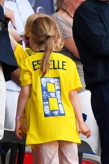 Estelle trägt ein Trikot der schwedischen Nationalmannschaft mit der Nummer Acht. Innerhalb der Nummer befinden sich Fotos einiger Menschen - unter anderem auch ein Foto ihrer Mutter, Prinzessin Victoria.