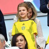 Im Fußballfieber: Prinzessin Estelle besucht gemeinsam mit ihrem Papa, Prinz Daniel, das Spiel Schweden gegen Thailand während der Fußballweltmeisterschaft der Frauen in Frankreich. Offensichtlich ist die kleine Prinzessin ein echter Fußballfan, denn sie hat ihr ganz eigenes, sehr persönliches Trikot.