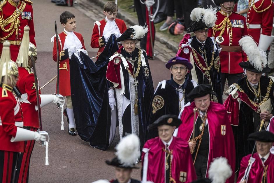 Queen Elizabeth in Tracht am Garter Day