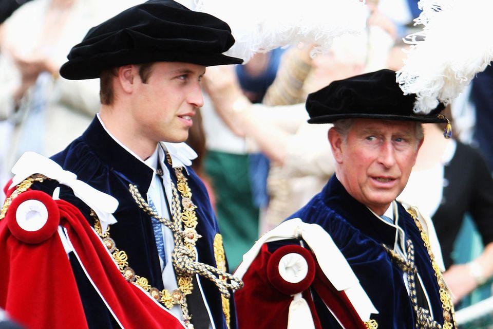 Prinz William und Prinz Charles in der Tracht des Hosenbandordens auf dem Weg zur Kapelle von St. George auf Schloss Windsor.