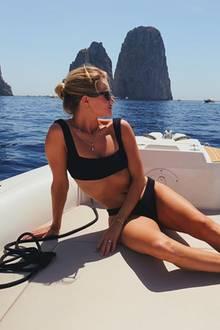"""Rosie Huntington-Whiteley liebt und lebt das """"Dolce Vita"""". Ihr Urlaubsschnappschuss aus Capri macht nicht nur Lust auf Sommer, sondern auch ganz schön neidsich."""