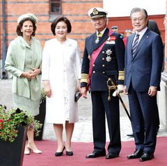 Königin Silvia und König Carl Gustaf empfangen den südkoreanischen Präsidenten Moon Jae-in und dessen Gattin Kim Jung-sook zum Staatsbesuch in Schweden.