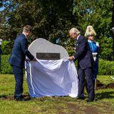 Währenddessen enthüllenKönig Carl-Gustaf und Südkoreas Präsident Lee Nak-yeon ein Denkmal für die Veteranen, die im Krieg im Hospital des schwedischen Roten Kreuzes dienten.