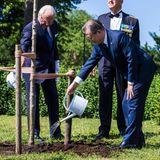 Anschließend pflanzen sie symbolisch einen Baum.