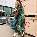 """Beim großen """"Let's Dance""""-Finale sind alle Kandidaten der diesjährigen Staffel wieder vereint. Auf Instagram schreibt Barbara Becker zu dem gemeinsamen Foto mit Evelyn Burdecki: """"REUNITED - Morgen heißt es noch einmal: LET'S DANCE. Heute standen den ganzen Tag Proben auf dem Programm & es war so toll alle wieder zu sehen."""""""