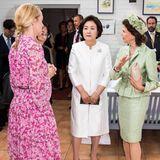 Stolz zeigt Königin Silvia der südkoreanischen Präsidentengattin im SchlossDrottningholm die von 1996 gegründeteStiftung Silviahemmet.