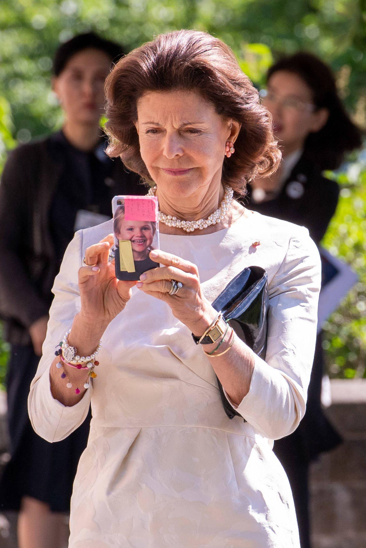 Stolze Oma: Silvia zückt ihr Handy, dessen Hülle ein Bild von Prinzessin Estelle ziert.