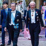 König Carl Gustaf schreitet mit dem südkoreanischen Präsidenten Moon Jae-in zum Bankett.