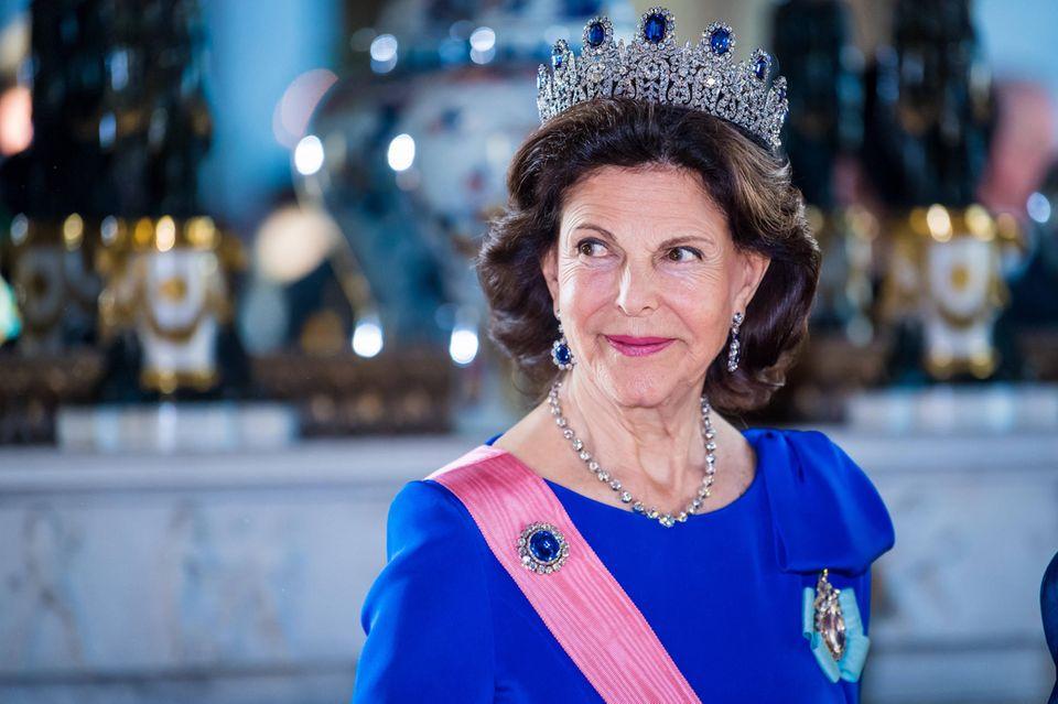 Die schwedische Königin strahlt in Royalblau.
