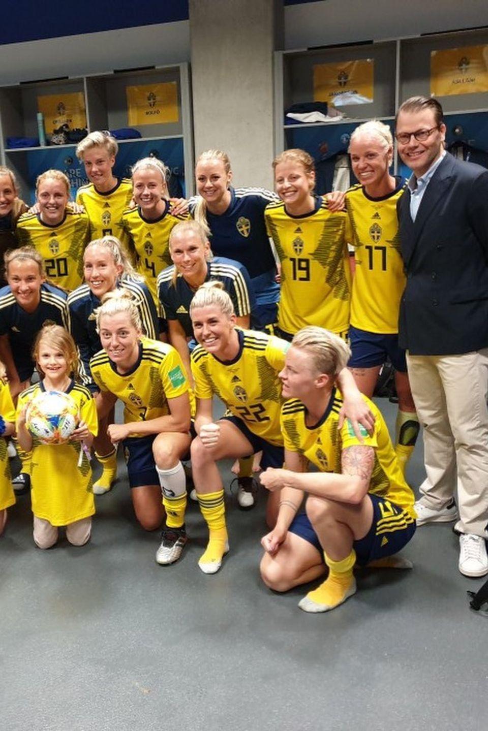 16. Juni 2019  Nach dem Spiel dürfen Prinzessin Estelle und Prinz Daniel gemeinsam mit der Mannschaft den 5:1 Siegt gegen Thailand feiern.