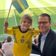16. Juni 2019  Gemeinsam mit ihrem Papa Prinz Daniel feuert Prinzessin Estelle die schwedische Nationalmannschaft der Frauen bei der Fußballweltmeisterschaft in Nizza an.