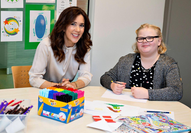 17. Juni 2019  Beim Besuch des neuen Gebäudes der Psychiatrie am Universitätskrankenhaus in Aarhus lächelt Prinzessin Mary mit Patientin Melanie in die Kamera.