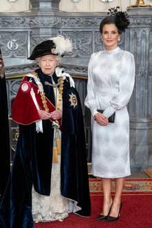 König Felipe erhält von der Queen einen ganz besonderen Orden. Klar, dass sich auch Königin Letizia von Spanien in einem stylischen Look zeigt. Sie trägt ein gemustertes Kleid des spanischen Labels Cherubina. Dazu kombiniert sie eine schwarze Clutch von Bottega Veneta und schwarze Prada-Pumps.