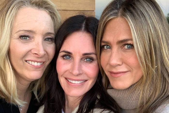 """Courteney Cox feiert ihren 55. Geburtstag. Diesen besonderen Tag verbringt die Schauspielerin mit ihren früheren """"Friends""""-Kollegen und heutigen Freundinnen Lisa Kudrow und Jennifer Aniston. Dabei entsteht dieses schöne Reunion-Foto für Instagram."""