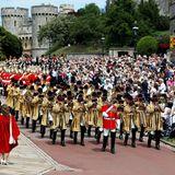 """Die feierliche Prozession beginnt: DieOrdensmitglieder machen sich geschlossen auf den Weg zumGottesdienst in die """"St. George's Chapel in Windsor. Dieses Spektakel lässt sich auch so mancher Royal-Fan natürlich nicht entgehen."""