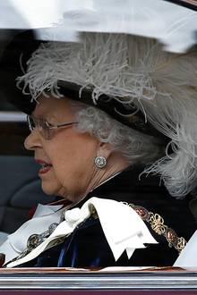 """Queen Eilzabeth kommt! Die Monarchin lässt sich erst im Auto Richtung """"St. George's Chapel"""" fahren ..."""