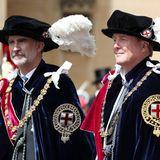 Die Ordensmitglieder tragen traditionellihre Ordenskette mit Ordenszeichen, den mit dem St. Georgs-Kreuz versehenen Bruststern sowie blaue Samtroben und Hüte mit weißen Federn.