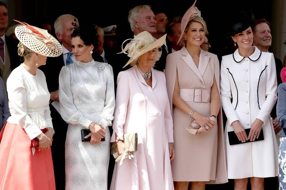 """Eine Reihe voller Powerfrauen! Herzogin Catherine gesellt sich am """"Garter Day"""" zu Königin Máxima, Herzogin Camilla, Königin Letizia und Gräfin Sophie von Wessex. In einem weißen Mantelkleid mit schwarzen Details - natürlich aus der Feder von Catherine Walker - passt sie farblich perfekt zu den anderen (zukünftigen) Königinnen."""