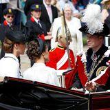 Als sie zusammen mit dem Königspaar von Spanien in der Kutsche abfährt, wird auch ihre aufwendig hochgesteckte Frisur sichtbar. Ein schwarzer Faszinator in Netzoptik von Hutmacher Lock & Co. rundet den Look ab.