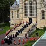 """Die Ordensmitglieder erreichen""""St. George's Chapel"""" und schreiten gemeinsam in die Kapelle, um an dem traditionellen Gottesdienst teilzunehmen."""