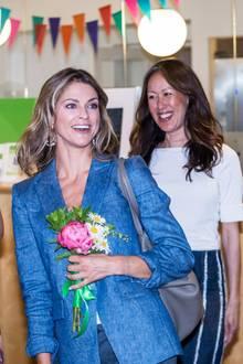 """In Stockholm besucht Prinzessin Madeleine die Hilfsorganisation """"Min Stora Dag"""" (zu deutsch: """"Mein großer Tag""""). Madeleine ist Schirmherrin dieser Organisation. Zu diesem Anlass wählt die Prinzessin einen legeren Look und ein bezauberndes Lächeln ..."""