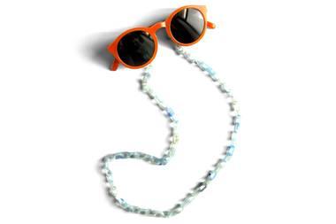 In diesem Sommer legen wir unsere Sonnenbrille an die Kette! Brillenketten liegen nämlich absolut im Trend und sind zudem super praktisch. Dieses hübsche Modell von Tiefenbacher Lehmann hat es uns ganz besonders angetan und lässt sich perfekt zu jeder Brille kombinieren. Ca. 39 Euro.