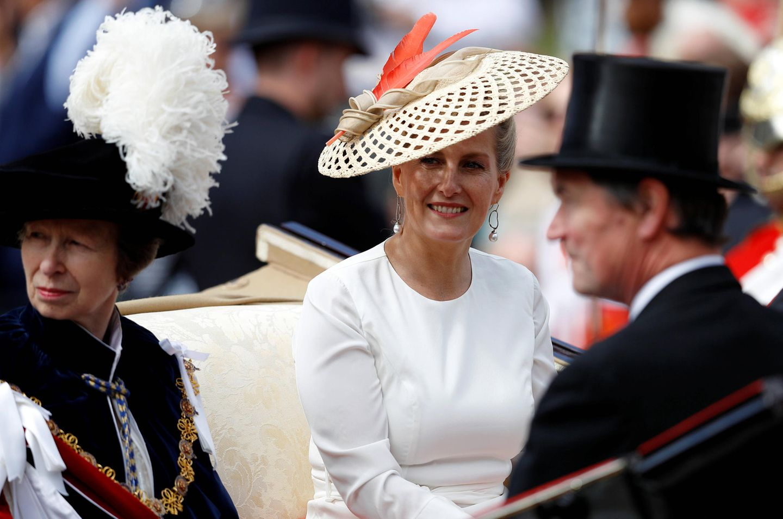 Prinzessin Anne, ebenfalls Mitglied imHosenbandorden, teilt sich mit Gräfin Sophie von Wessex eine Kutsche.