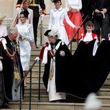 Queen Elizabeth unterhält sich beim Verlassen der Kapelle mit ihrem Sohn Prinz Charles. Ihre lange Schleppe wird sicherheitshalber von zwei kleinen Helfern getragen.