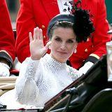 Königin Letizia winkt den Schaulustigen aus der Kutsche zu.