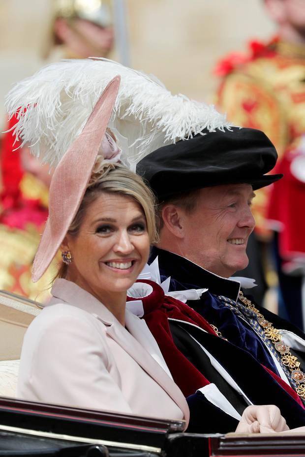 Strahlend nimmt Königin Máxima neben ihrem Mann in der Kutsche Platz. Die beiden niederländischen Royals sind in Windsor, wo König Willem-Alexander von Queen Elizabeth den Hosenbandorden verliehen bekommen hat.