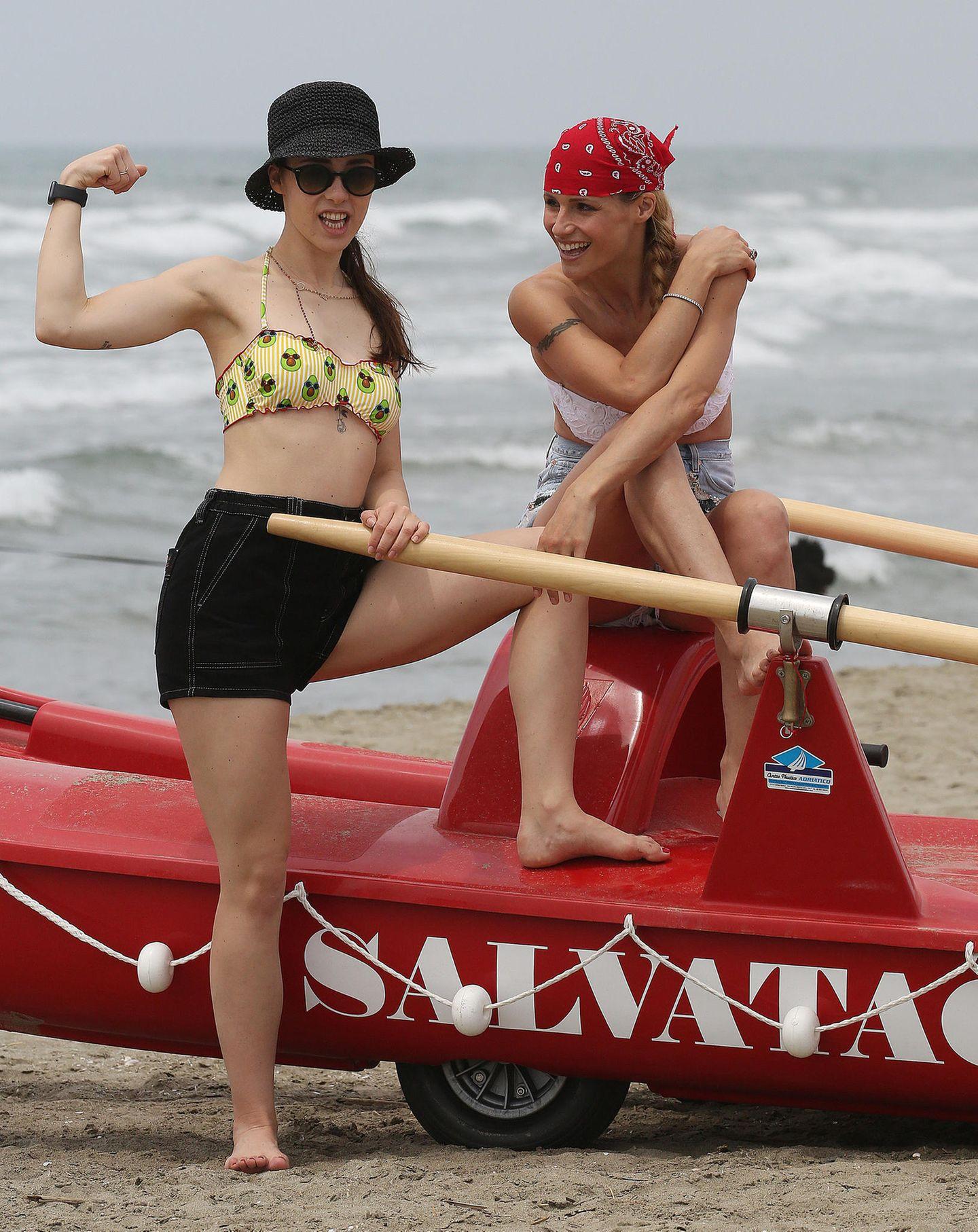 15. Juni 2019  Am Strand von Forte dei Marmi posieren Michelle Hunziker und Aurora Ramazzotti für ein perfektes Mutter-Tochter-Foto.