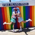 """Die Party steigt in Fire Islands Pine in New York, einem wichtigen Ort für die LGBTQ-Gemeinde: Hier findet die """"Invasion of Pines"""" statt, eine Parade von Drag Queens, die jedes Jahr am 4. Juli - dem US-amerikanischen Nationalfeiertag -abgehalten wird."""