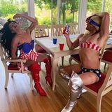 Diese Drag Queens posieren in einem Outfit in den Farben der US-amerikanischen Nationalflagge.