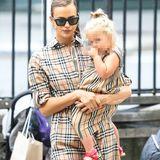Als Topmodel präsentiert Irina Shayk die neusten Modetrends auf dem Catwalk – und das wirkt sich auch auf ihr Privatleben aus. Denn Paparazzi erwischen die 33-Jährige im niedlichen Burberry-Partnerlook mit Töchterchen Lea De Seine. Während Irina ein bequemes Blusenkleid mit einem Taillenband wählt, trägt die 2-Jährige eine Mini-Version des Burberry-Klassikers und dazu passende Sandalen.