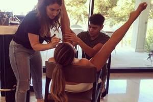 """""""Als ich jung war, war Make-up nur für das Gesicht"""" schreibt Chrissy Teigen auf Instagram zu diesem lustigen Schnappschuss. Dennihr Make-up Artist legt auch an ihren Beinen Hand an."""