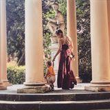 17. Juni 2019  In Florenz spaziert Annemarie Carpendale mit Söhnchen Mads an der Handzwischen antiken Säulen.
