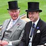 Prinz Charles und Prinz William lächeln für die anwesenden Fotografen. In Frack und mit schwarzem Zylinder machen Vater und Sohneine tolle Figur und folgen dem strengen Dresscode.