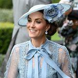 Dazu trägt sie Ohrringe von Kiki McDonough und eine farblich abgestimmte Kopfbedeckung mit floralen Elementen von Hutmacher Philip Treacy. Hellblau scheint an diesem Tag die Trendfarbe bei den Royals zu sein, so kommen auch viele andere in zartem Blau gekleidet.