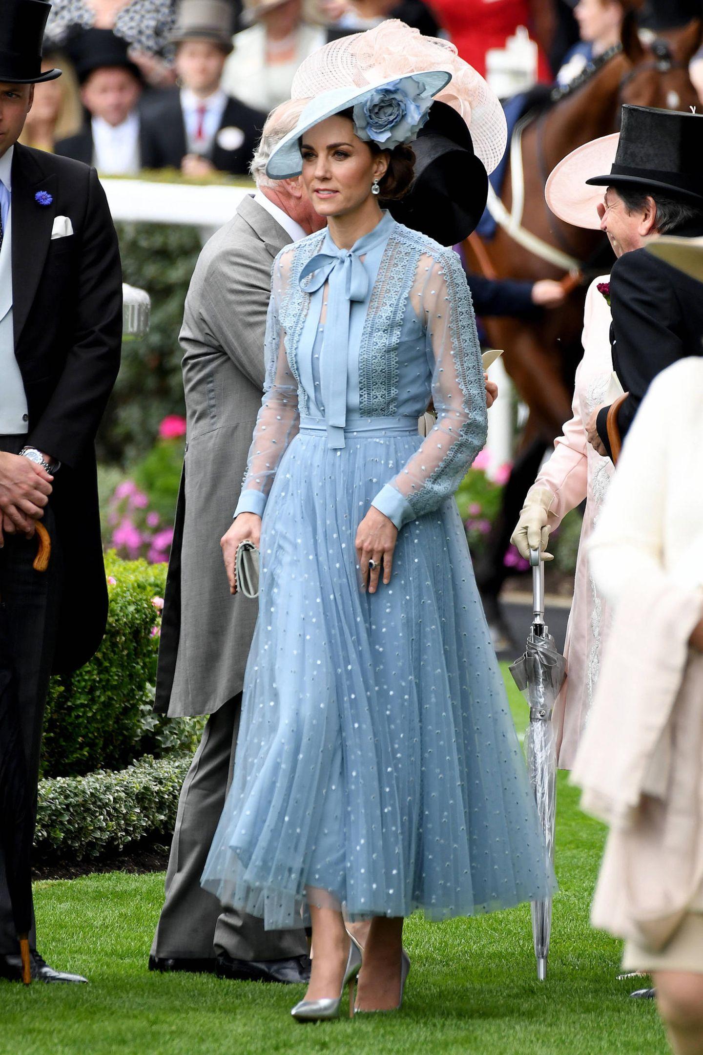Herzogin Catherine begeistert in einer Kreation aus dem Hause Elie Saab. Ein knöchellanger Tüllrock mit Punkten, ein teils durchsichtiges Oberteil mit Crochet-Einsätzen und eine Schleife machen das Dress zu einem absoluten Hingucker.