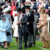 Während die Queen, Herzogin Catherine und Herzogin Camilla erfahrene Ascot-Besucher sind, scheint Königin Máxima in ihren hohen Absätzen Probleme mit dem feuchten Gras zu haben.