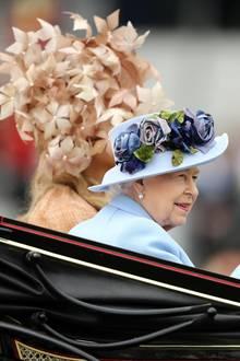"""Die royale Prozession am ersten Tag von """"Royal Ascot"""" eröffnet die erste Rennwoche an der wohl berühmtesten Pferderennbahn in Großbritannien. Die Queen teilt sich die Kutsche in diesem Jahr mit ganz besonderen Gästen..."""